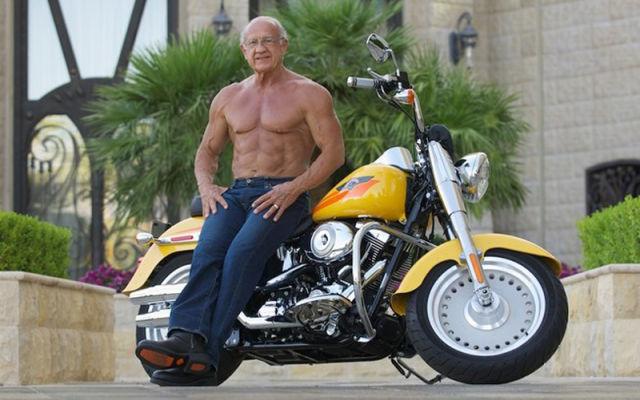 Старик на мотоцикле